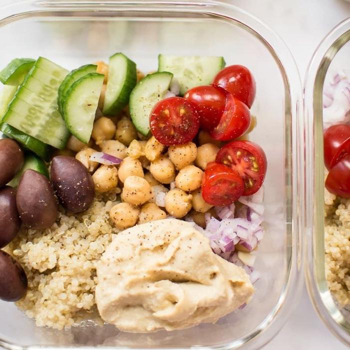 leichtes abendessen, rezeptidee, salat mit quinoa, kichererbsen, tomaten, gurken, oliven und zwiebel in einer glasschüssel machen und später essen