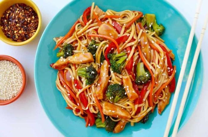 leichtes abendessen, spaghetti mit gemüse, brokkoli, karotten, paprika, scharfes gewürz