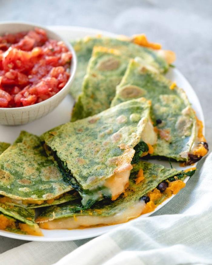 leichtes abendessen, eier mit käse und tomatenmark, spinat mischung mit mehl und eier, kreatives und schnelles essen