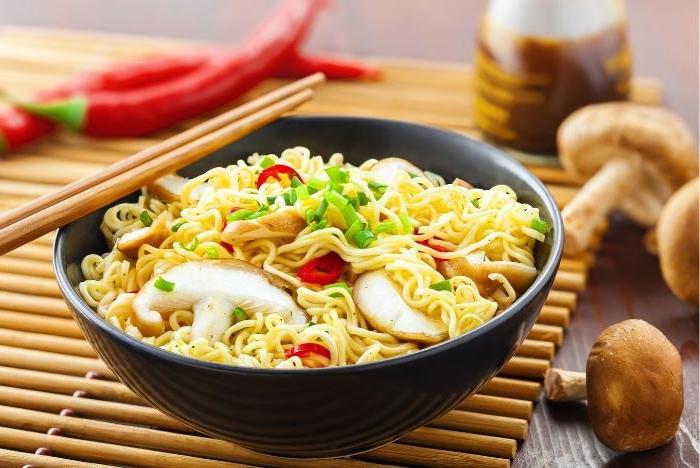 leichtes abendessen, spaghetti mit pilzen und petersilie, fertige gerichte zubereitung ideen