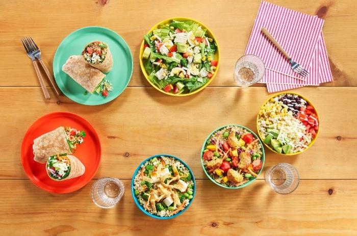 schnelle rezepte mittagessen, viele schüsseln mit salat sorten ideen, tortillas in teller