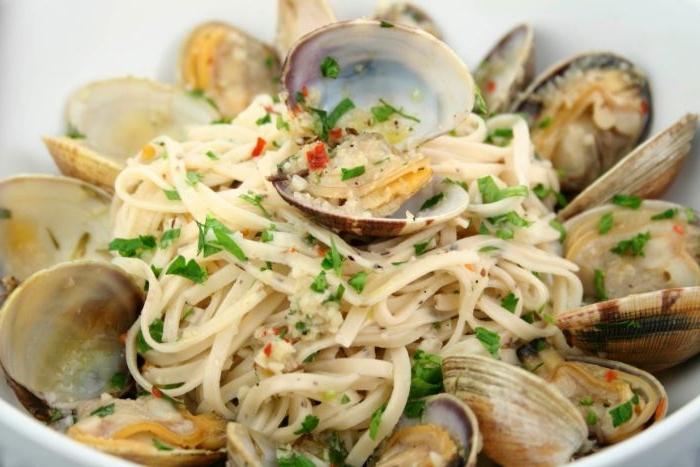 schnelle rezepte mittagessen, spaghetti mit muscheln und meeresfrüchte, gewürze frisch, italienisches essen