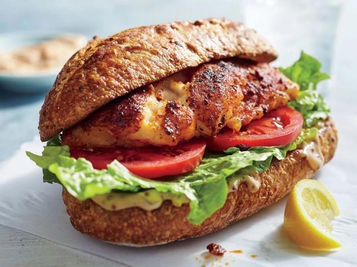 schnelle rezepte mittagessen, sandwich mit vollkornbrot, grünsalat, tomaten, fillet gebraten