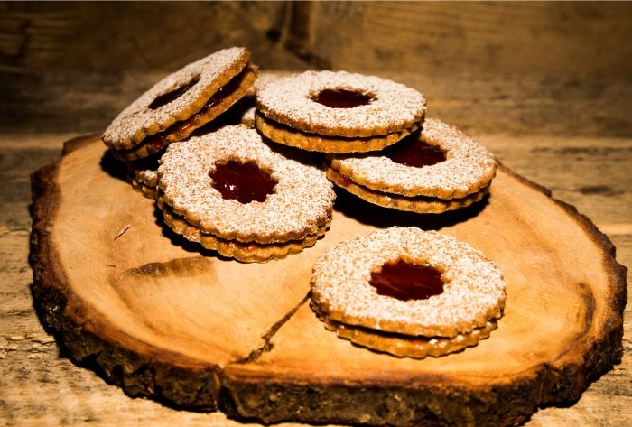 linzer torte rezept, kekse mit füllung nach österreichischem rezept, puderzucker deko