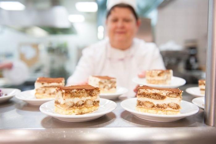 linzer torte rezept, eine köchin im hintergrund und ihre meisterwerke, kuchen stücke in teller