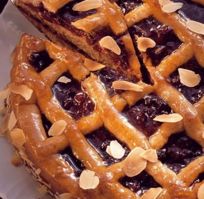 linzer torte rezept, das fertige rezept, teigwaren, mandeln deko auf dem kuchen, glänzende glasur