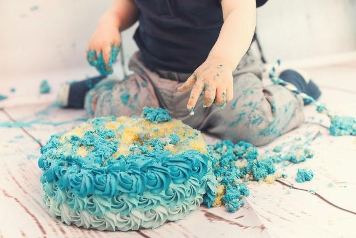 linzertorte, torten dekorieren und dann das kind macht alles fertig, blaue torte, deko , sahne blau färben