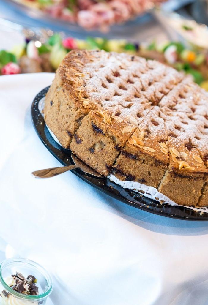 linzertorte, in stücken geteilt, kuchen ideen, eine große torte nach österreichischem rezept