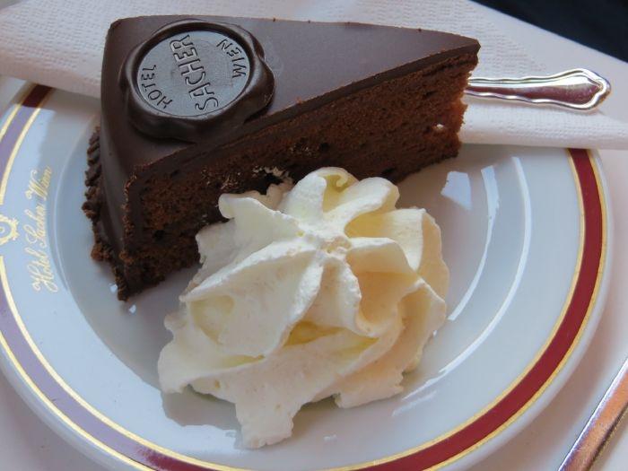 rezept linzer kuchen lafer, sacher torte mit sahne daneben, klassische torten aus österreich