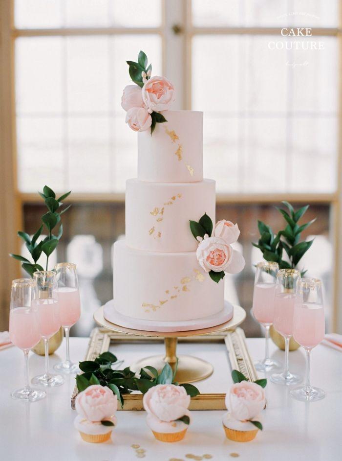 omas linzertorte rezept, ein großer hochzeitskuchen, weißer fondant, rosen deko und linzer blätter