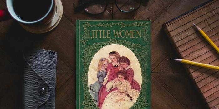 ein grünes Buch auf einem Schreibtisch, Little Women ist ein Bestseller