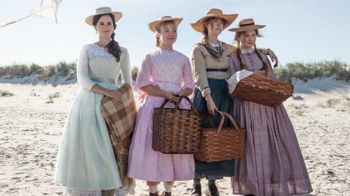 die vier Schwestern tragen bunte Kleider und sind für einen Picknick fertig mit Körben