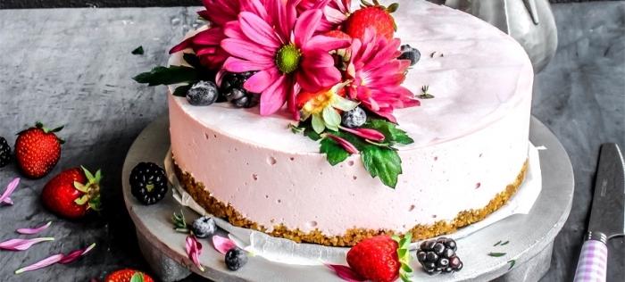 low carb backen, cheesecake mit beeren, kohlenhydratarmes dessert, blüten, sommerdessert