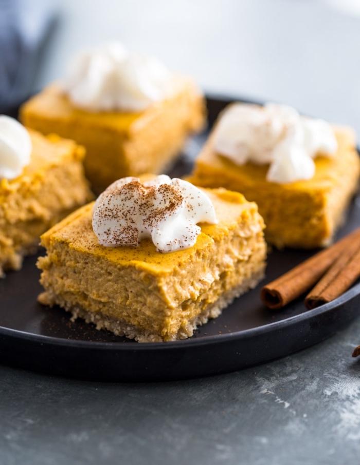 low carb kuchen rezepte, cheesecake bars mit zimt und kürbis garniert mit sahne