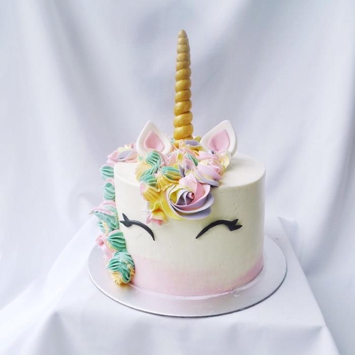 lustige kuchen zum kindergeburtstag, torte einhorn dekoriert mit buttercreme in pastellfarben