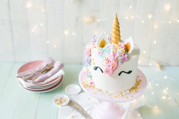 torte einhorn selebr machen, lustige kuchen kindergeburtstag, goldener horn, geburtstagstorte dekorieren