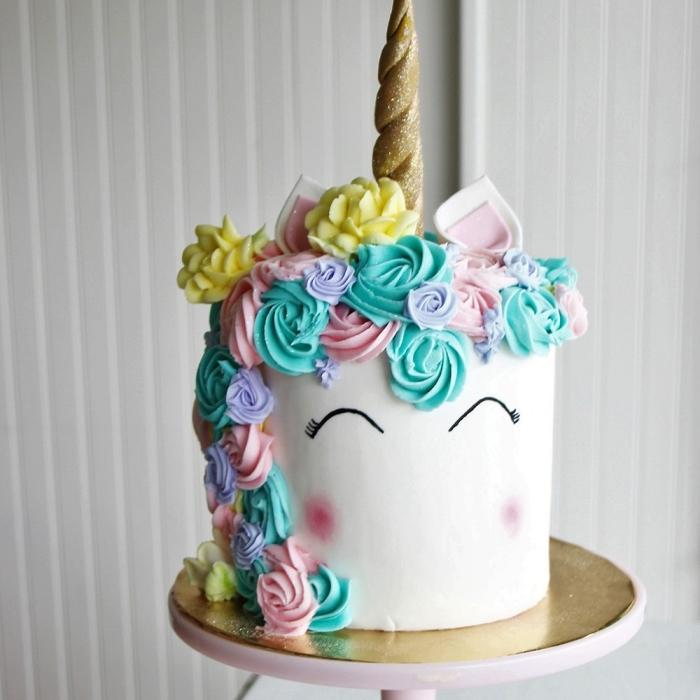 torte wie einhorn dekorieren, blüten aus buttercreme, lustige kuchen kindergeburtstag