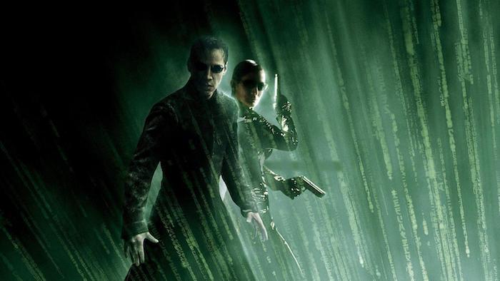 eine junge frau mit zwei schwarzen pistollen und mit brille, poster zu dem film the matrix, der schauspielern Keanu Reeves