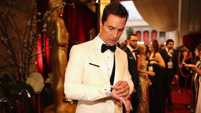 Matthew Mcconaughey in elegantem weißem Anzug mit schwarzer Flieger und schwarzer Weste