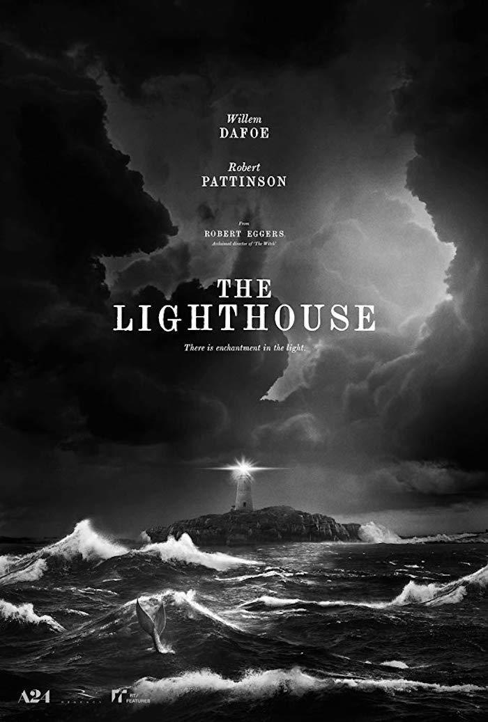 der poster zu dem film the lighthouse, meer mit schwarzen wellen und eine insel mit weißem leuchtturm