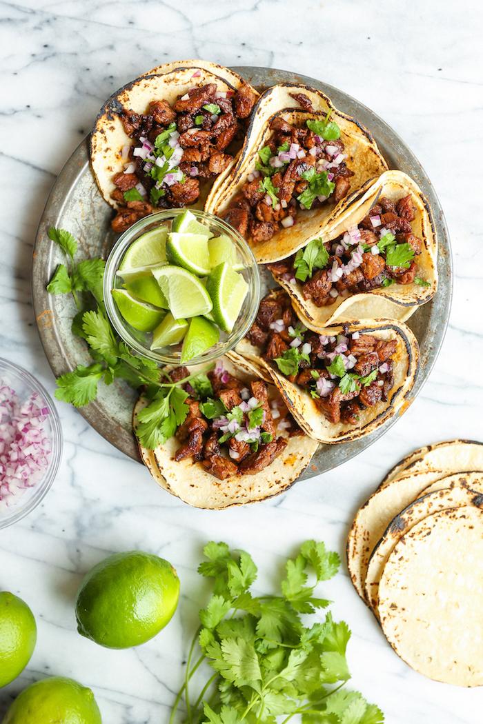 Tacos mit Rindfleisch, roter Zwiebel und Petersilie, mit Limettensaft servieren, leckeres Fingerfood