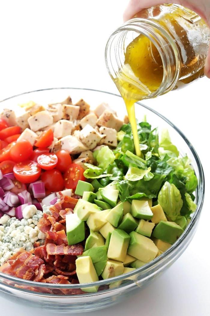 schnelle rezepte mittagessen, salat mit avocados, bacon, tomaten, crouttons, dressing
