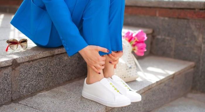 20er jahre kostüm, frauenanzug, blaue kleidung mit sneakers tragen, blumen rosarot