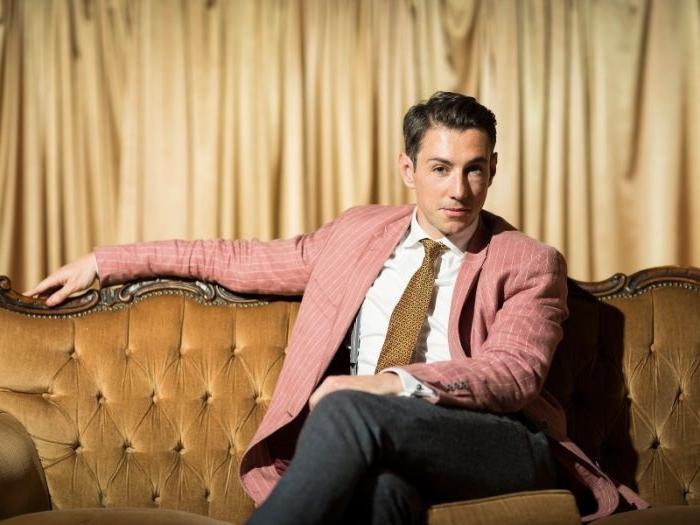 20er kleid vintage outfit ideen bei archzine für männer und frauen, ein rosarotes sakko