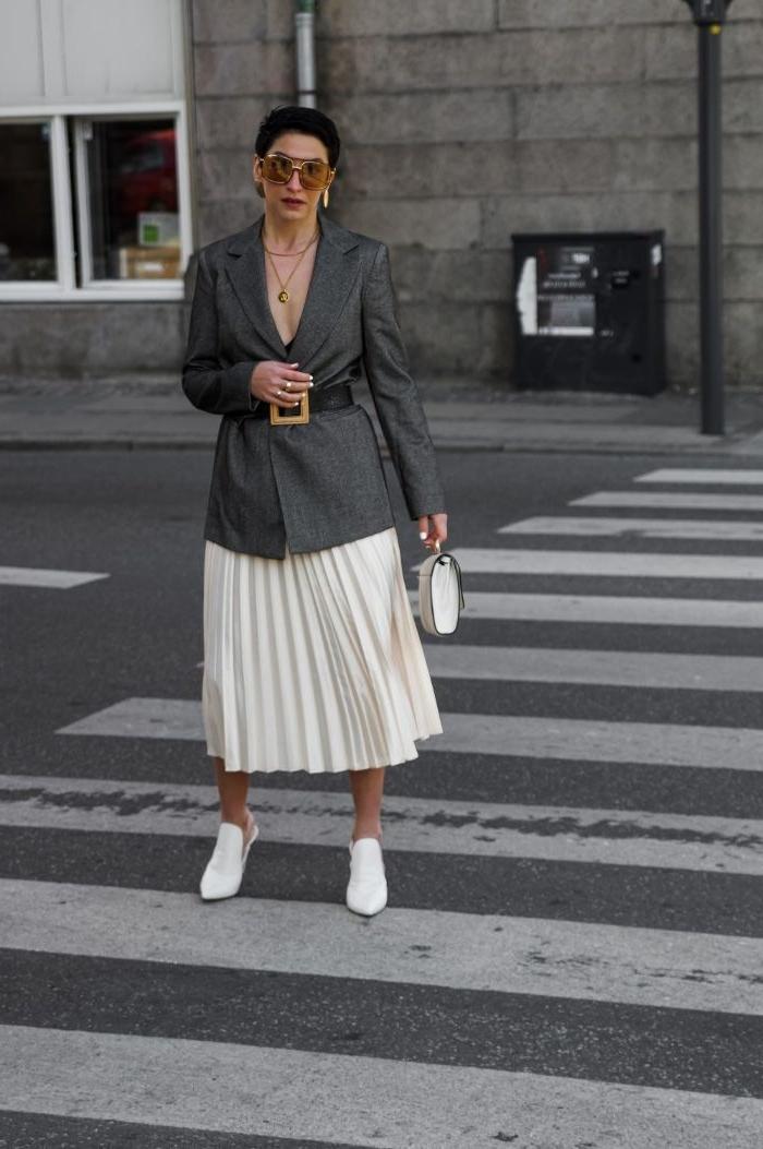coole marken, weißer rock, grauer sakko, weiße sneakers, tasche, brille und ohrringe