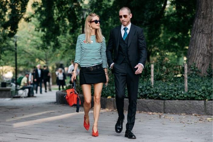 coole marken, mann und frau kurze hose schwarz mit einer bluse, streifen, rote accessoires
