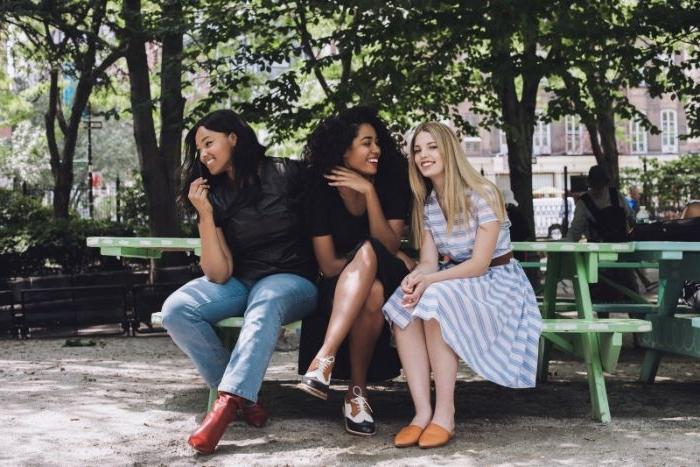 kataloge mode damen, kleid orange schuhe, blau weiß streifen, drei freunden, freundinnen
