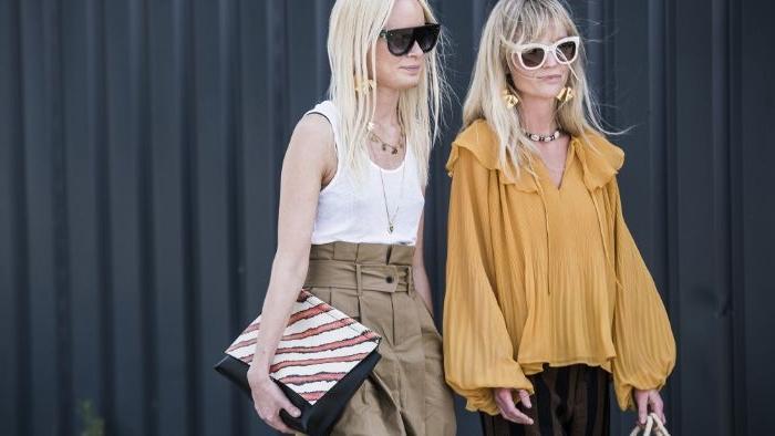 kataloge mode damen, freundinnen, gelbe bluse, weißes top mit beigem rock, brille