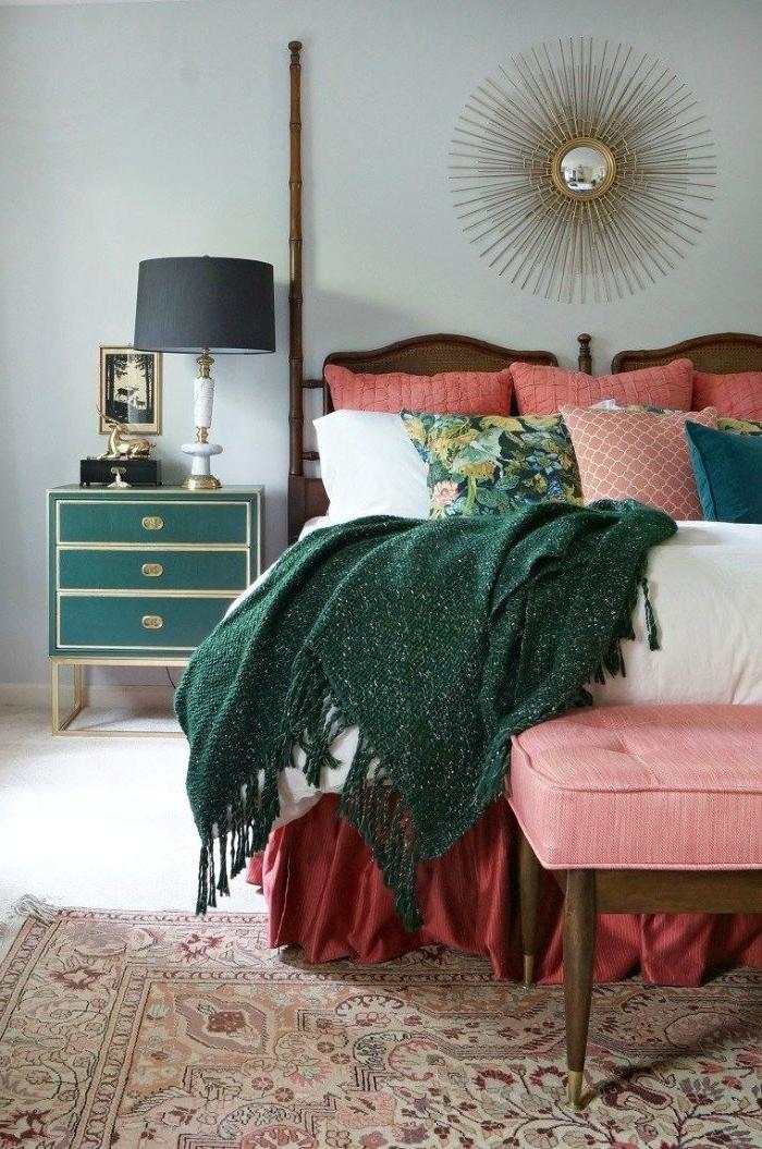 deko schlafzimmer, raumgestaltung kreativ mit sonnenförmiger sonne, grüne decke, rosa und rot kissen