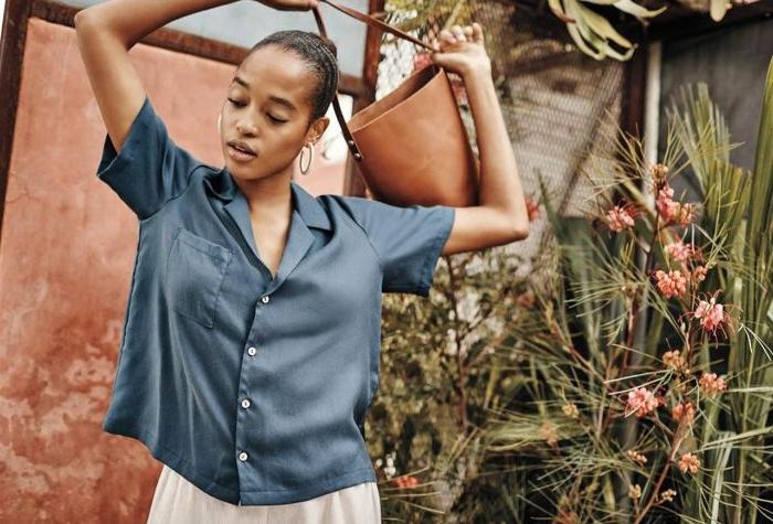 bio mode für frauen, damenmode, eine frau mit blauem hemd, trägt tasche über den kopf