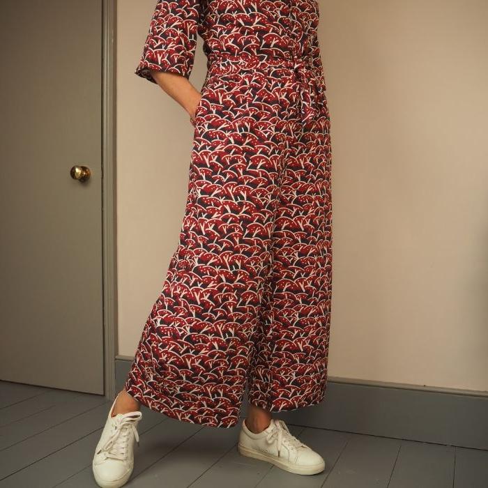 bio mode für frauen, weiße adiddas sneakers, rot schwarz weiß outfit idee