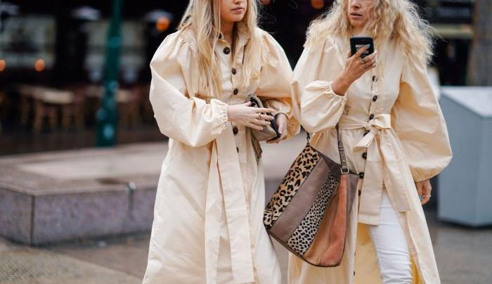 nachhaltige kleidung, zwei frauen mit den selben outfits, weiß gelbe cremefarbe mäntel, wilde prints tasche