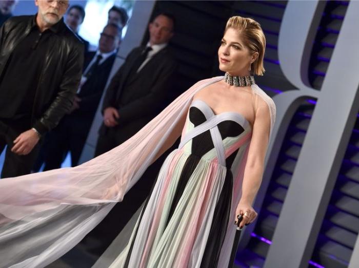nachhaltige kleidung, eine schöne frau, die als model für nacchaltige kleider dient, große halskette