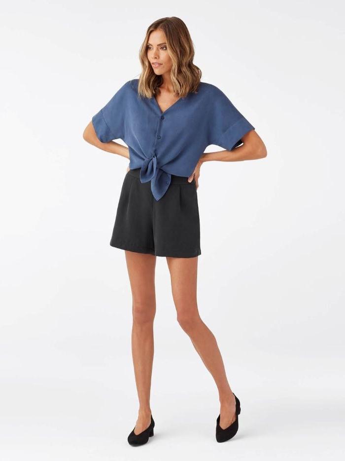 nachhaltige kleidung, eine schöne frau in schwarz und blau, absatzschuhe, mittellange haare