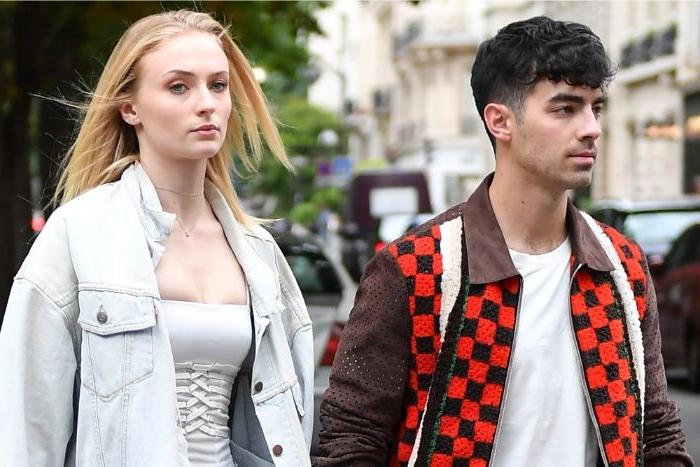 nachhaltige kleidung, ein junger mann, superstar, rotschwarze jacke, eine junge frau mit hellblauer jeansjacke