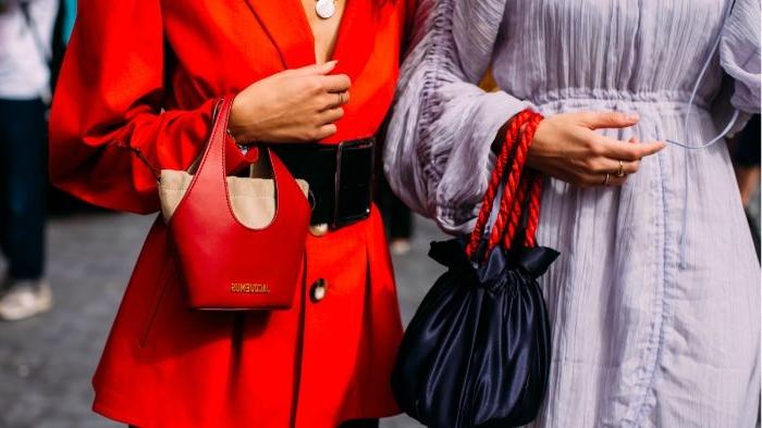 vegane kleidung, schöne idee für frauen, outfits, roter damenanzug, blaues hemd