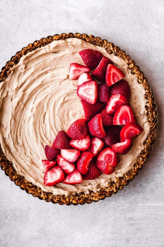 nachtisch rezepte einfach und schnell, käsekuchen mit erdbeeren, torte ohne backen, dessert