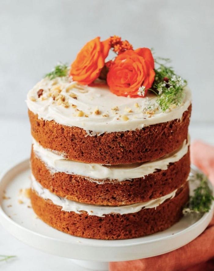 nacked cake hochezitstorte, kleiner kuchen mit karotten und nüssen, hochzeitsideen torte