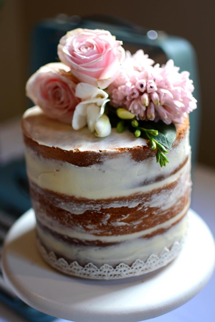 naked cake hochezitstorte, kleien torte mit füllung aus mascarponne dkeoriert mit blüten