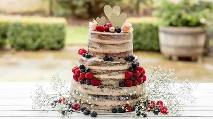 naked cake hochzeitstorte, torte 3 stöckig, füllung mit mascarpone, früchte, blaubeeren, himbeeren