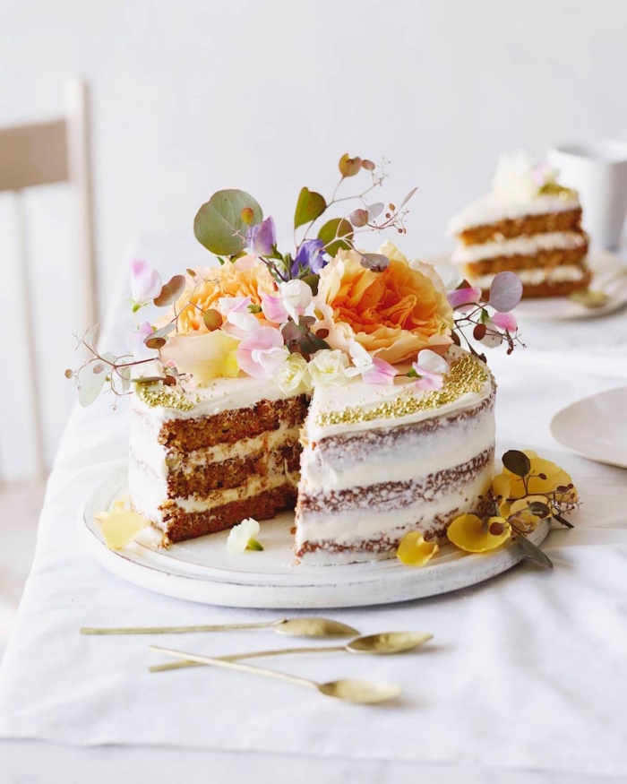 naked cake, eifnaches rzeept, torte mit früchten, gebrurtstagskuchen backen, tortendkeo mit blüten