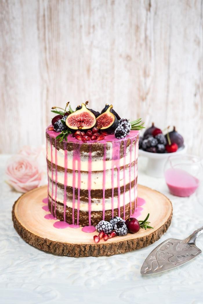 naked cake, tortendeko ideen, torte mit schokoladenboden und mascarpone dekoriert mit rosa glasur und früchten