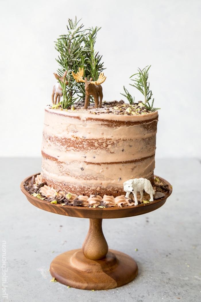 naked torte selber machen, nachtisch zu weihanchten, kleine figuren, hirsche, schokoaldensahne