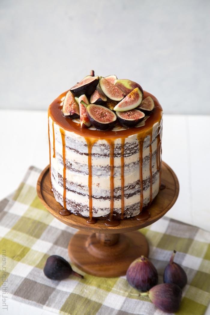 naked torte mit karamell und früchten, tortenboden mit kakao, geburtstagstorte mit feigen