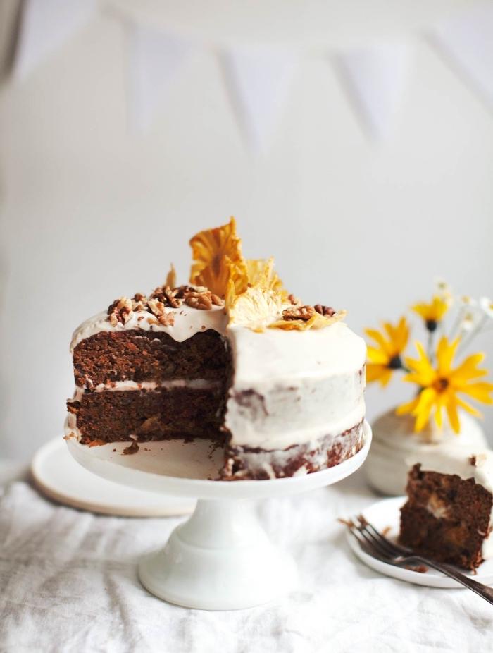nachtisch zu weihanchten ideen, naked torte mit schokoladboden, wieße glasur, nüsse