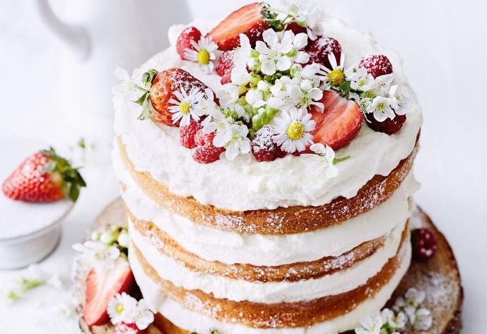naked torte selber machen, geburtstagstorte rezepte, kuchen mit vanillebovan, sahne und früchten